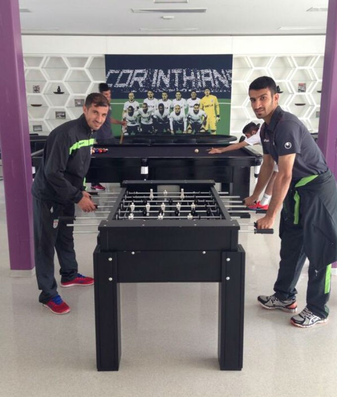 Jogadores do Irã jogando pebolim no CT do Corinthians (Foto: Reprodução Instagram)