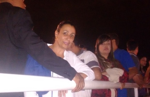 Gilma Maria Reis é a primeira fã da fila para velório de Cristiano Araújo, em Goiânia, Goiás (Foto: Sílvio Túlio/G1)