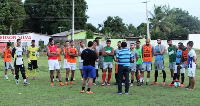 Rômulo Bonates na apresentação para o elenco antes do treino coletivo no campo do Careca (Foto: Tércio Neto)