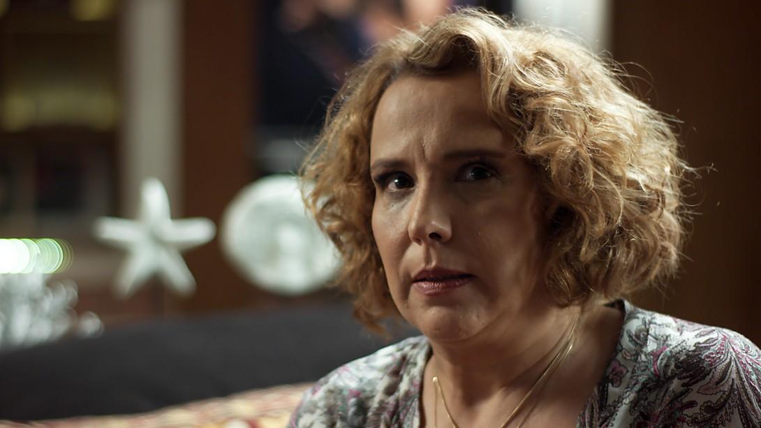 Lorena faz testemunhas de Júlia fugirem na novela