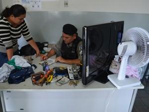 Entre os objetos roubados estavam uma TV (Foto: Walter Paparazzo/G1)