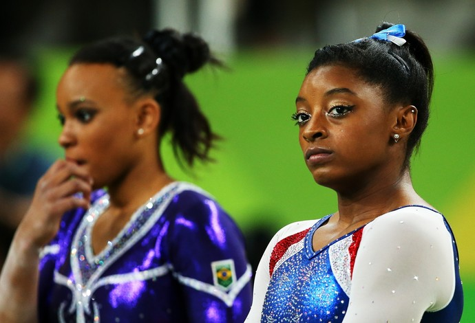 Rebeca Andrade ao lado de Simone Biles na final do individual geral (Foto: Getty Images)