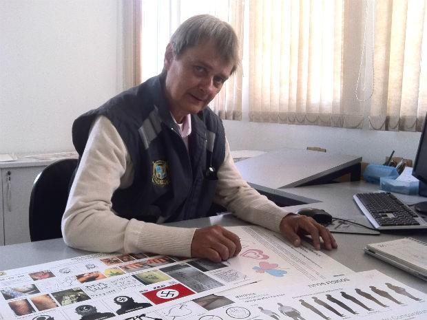 Em 10 anos, Jorge Luíz Werzbitzki catalogou mil tatuagens de preso e vai lançar um livro sobre o assunto (Foto: Bibiana Dionísio/ G1 PR)