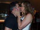 Claudia Raia enche o namorado de beijos em estreia de peça no Rio