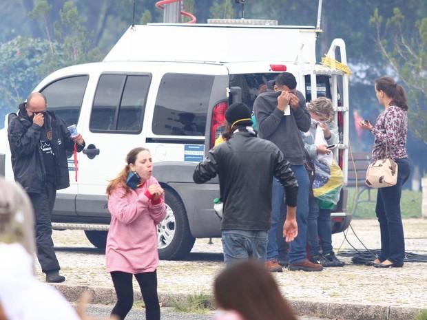 Pessoas tossem e tentam limpar os olhos após a explosão de bombas de gás lacrimogêneo durante confronto em protesto em Curitiba (PR) (Foto: Paulo Lisboa/Brazil Photo Press/Estadão Conteúdo)