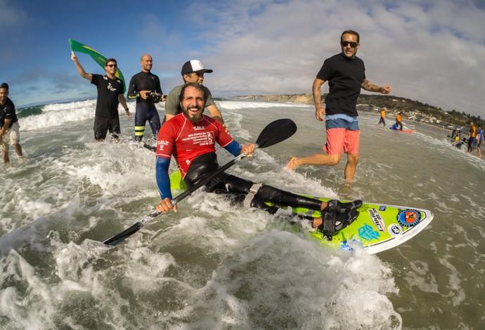 Fellipe Lima ao sair da água com mais um título nas águas de La Jolla, em San Diego, na Califórnia (Foto: Divulgação/ISA)