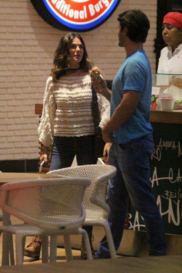 Isis Valverde e namorado (Foto: agnews)