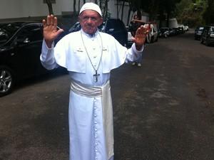Roque Estevão da Cruz, 72 anos, de Aracaju, se vestiu de sósia do Papa Francisco (Foto: Matheus Giffoni/G1)