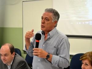 Prefeito de Piracicaba, Gabriel Ferrato (PSDB), durante renovação do Vivaleite para 2014 (Foto: Araripe Castilho / G1)