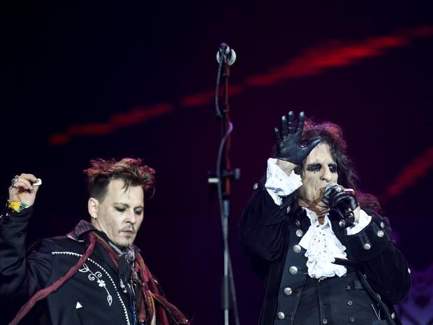 Johnny Depp e Alice Cooper se apresentam com a banda Hollywood Vampires no Rock in Rio Lisboa, em Lisboa, Portugal (Foto: Patrícia de Melo Moreira/ AFP)