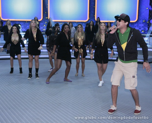 O cantor contou com uma coreografia especial do Balé do Faustão (Foto: Domingão do Faustão / TV Globo)
