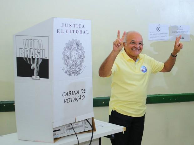 José Melo faz 'V' de vitória após votação no segundo turno (Foto: Divulgação/Assessoria)