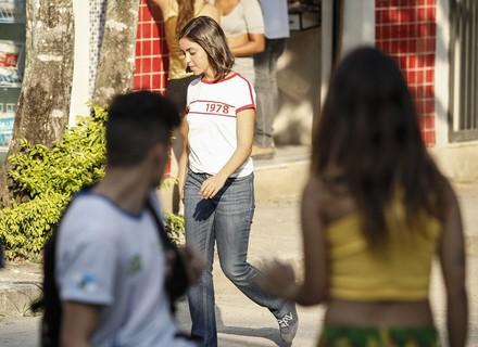 Bárbara vê Janaína saindo da casa de Florisval e desconfia