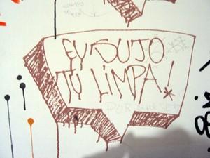Pichação encontrada no quarto de um menor (Foto: Polícia Civil/Divulgação)