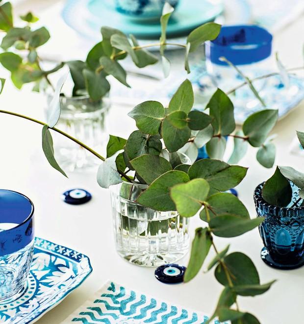 A mesa em azul e branco dispensa arranjos rebuscados. Folhagens verdes em simples copos já dão o maior efeito. Copos transparentes Tania Bulhões, copos com borda azul Acierno (Foto: Elisa Correa/Editora Globo)