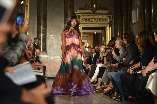 Naomi Campbell desfila para Emilio Pucci na semana de moda de Milão (Foto: AFP)