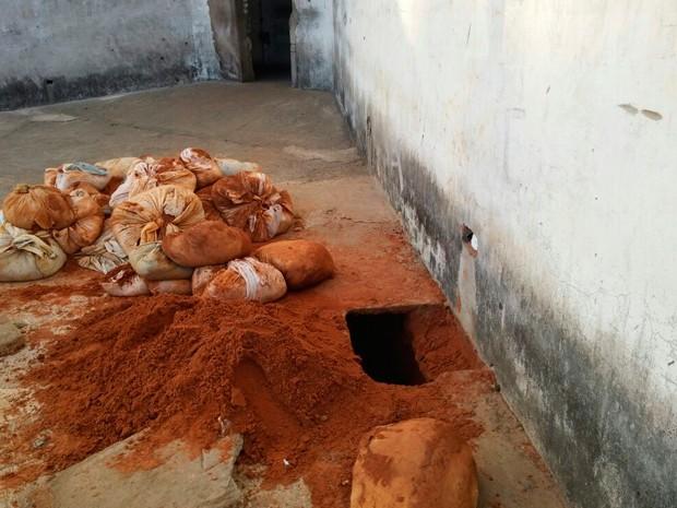 Presos usaram sacos de areia e piso para cobrir túnel no Pavilhão 4 de Alcaçuz (Foto: Divulgação/Sejuc-RN)
