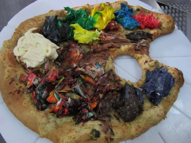 Pizza aquarela feita pelo chef Mauro Jonas; a massa em formato de aquarela leva em cima catupiry  colorido com corantes de diversas cores (Foto: Marta Cavallini/G1)
