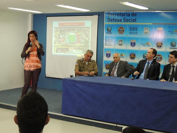 Delegada Gleide Ângelo detalha investigação de homicídio no Arruda (Foto: Vitor Tavares / G1)