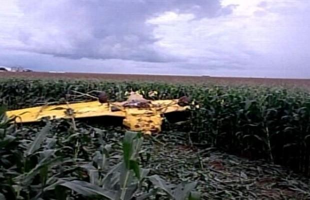 Avião agrícola cai em fazenda de Montividiu, Goiás (Foto: Reprodução/ TV Anhanguera)
