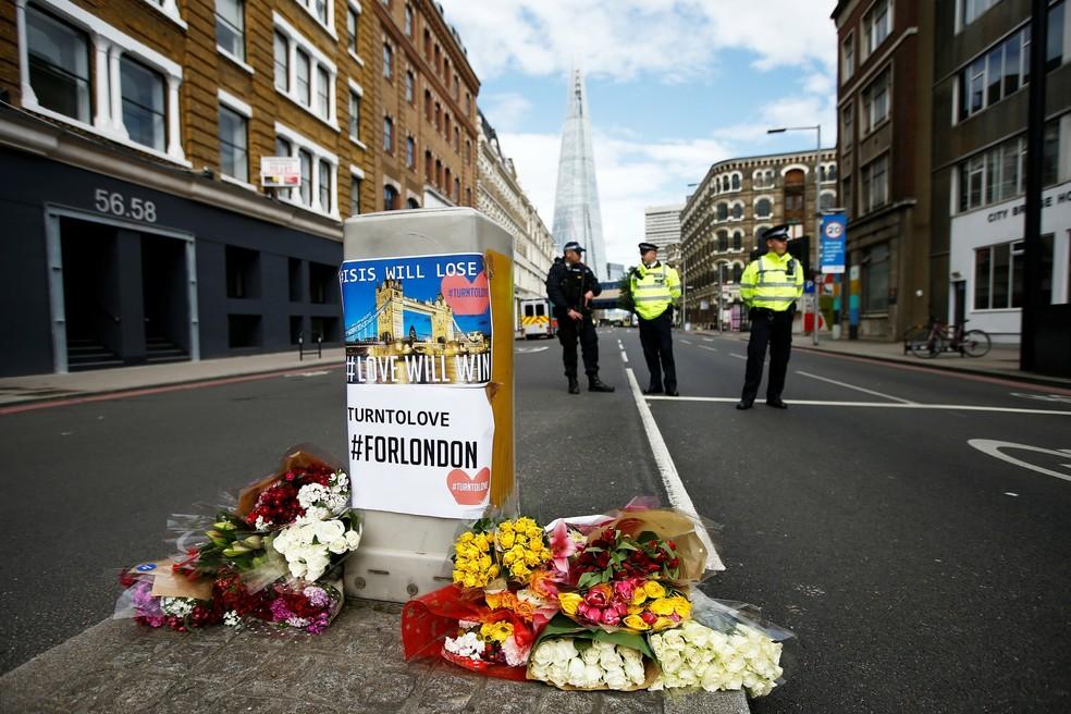 Flores homenageiam vítimas dos ataques que mataram sete pessoas perto do Borough Market, em Londres, neste domingo (04). (Foto: REUTERS/Peter Nicholls)