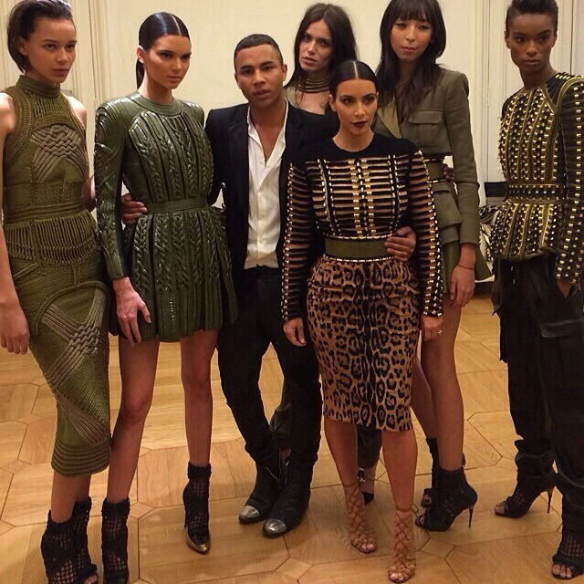 Kim Kardashian com Kendall Jenner, modelos e o estilista Olivier Rousteing (Foto: Reprodução/Instagram)