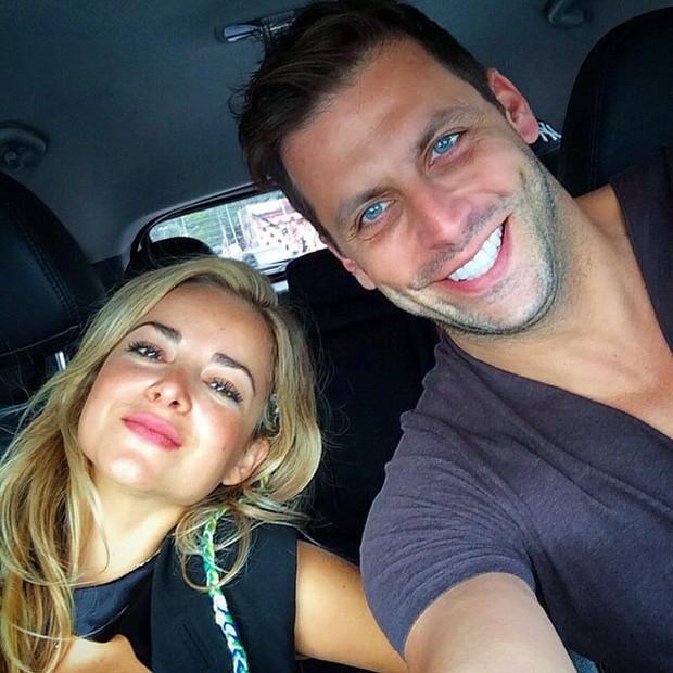 Henri Castelli com a namorada\ (Foto: Reprodução/Instagram)