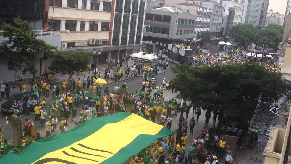 Segundo a PM, 4 mil pessoas participaram; já conforme os organizadores, 10 mil foram às ruas (Foto: Carolina Wolf/RPC)