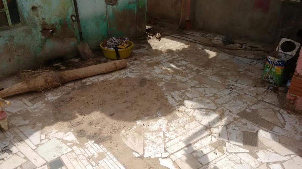 Corpo foi enterrado no quintal da casa onde o suspeito morava com a vítima (Foto: Divulgação / Polícia Civil)