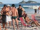 Ex-BBB Kléber Bambam vai à praia com amigos no Rio