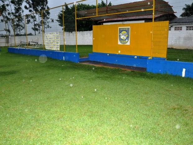 Jogadores tem mal estar após queda de raio em treino no Cene (Foto: Fabiano Arruda/G1 MS)