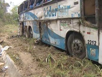 Nenhum passageiro utilizava cinto de segurança. Acidente ocorreu na BR 235 em Areia Branca (SE) (Foto: Reprodução/TV Sergipe)