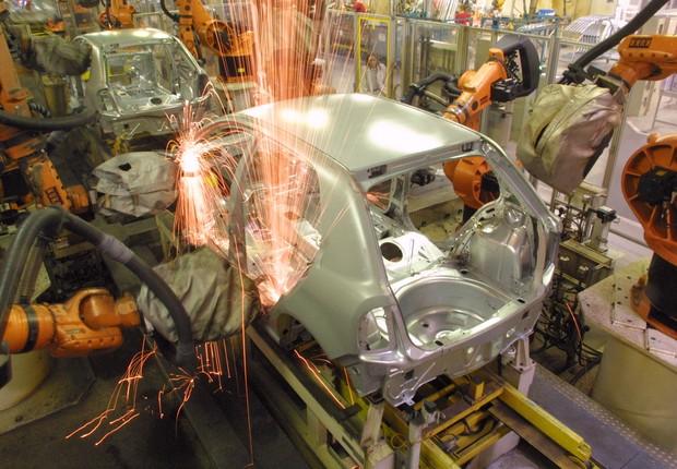 Robô trabalhando em montadora de veículos  (Foto: Getty Images)