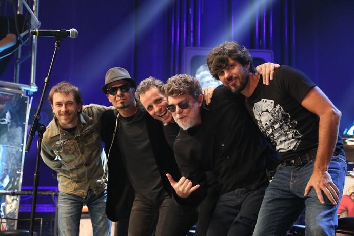 Titãs posa com nova formação no palco do 'Altas Horas' (Foto: Carol Caminha/Gshow)