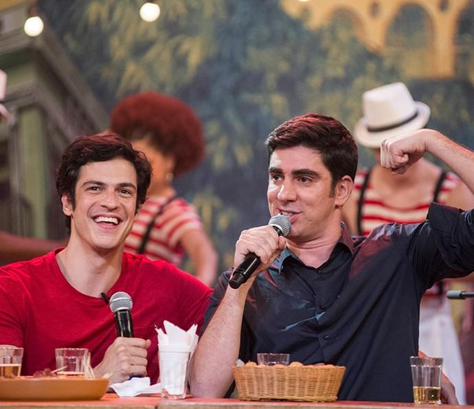 Mateus Solano e Marcelo Adnet cantam os bordões clássicos da TV (Foto: Globo)