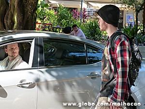 Cláudio aborda Sidney para tentar conversar com o filho (Foto: Malhação / TV Globo)