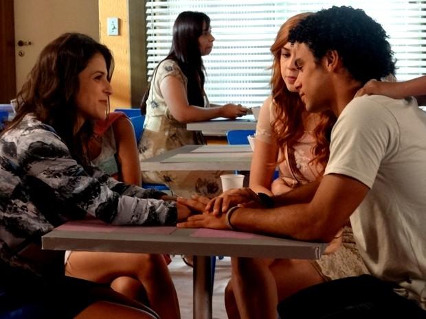 Liz e Emerson curtem a amizade enquanto Gaby se morde de ciúmes (Foto: Paula Paiva/ Gshow)