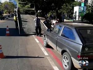 Carro é guinchado após estacionar em ciclofaixa em Goiânia, Goiás (Foto: Reprodução/ TV Anhanguera)