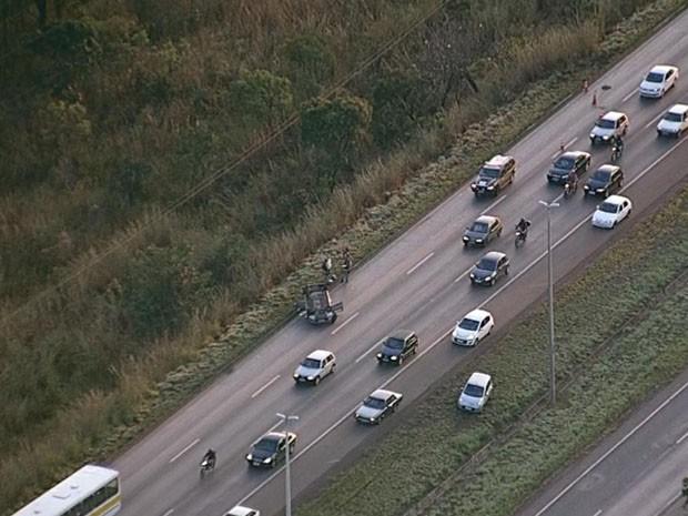 Carro capotou no início da manhã desta quarta-feira (12), na BR-020, sentido Planaltina-Brasília (Foto: TV Globo/ Reprodução)