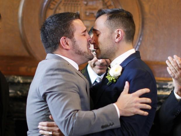 O casal Paul Katami e Jeff Zarrillo se casaram nesta sexta-feira (28), na Califórnia, EUA, após revogação da Proposição 8 (Foto: REUTERS/Lucy Nicholson)