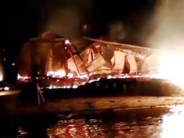Incêndio ocorreu em ilha na Baía da Babitonga (Foto: Bombeiros São Francisco do Sul/Divulgação)