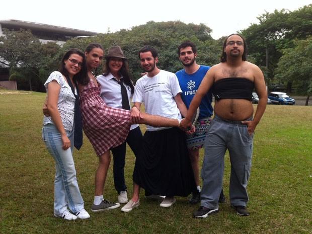 'Saiaço' na USP reúne alunos de saia, top e vestido e meninas de gravata (Foto: Ana Carolina Moreno/G1)