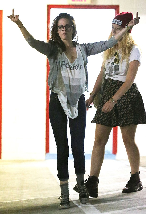 Kristen Stewart se irrita com paparazzo e faz gesto obsceno (Foto: Agência Grosby Group)