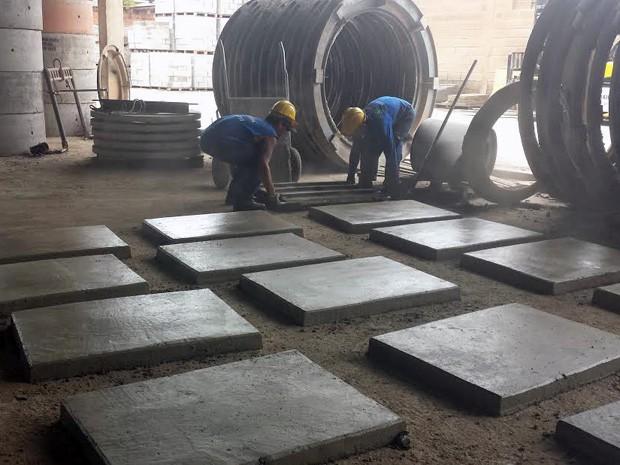 Trabalhadores levantam placa de cimento na Premoldados Brasil (Foto: Isabella Formiga/G1)