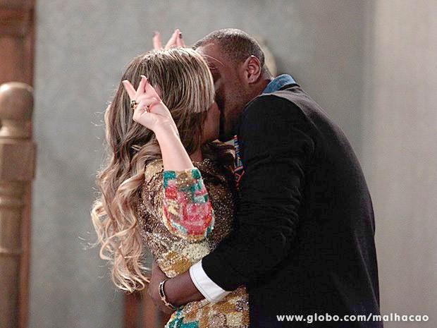 Thiaguinho parte para cima e dá um beijão em Bernardete (Foto: Malhação/TV Globo)