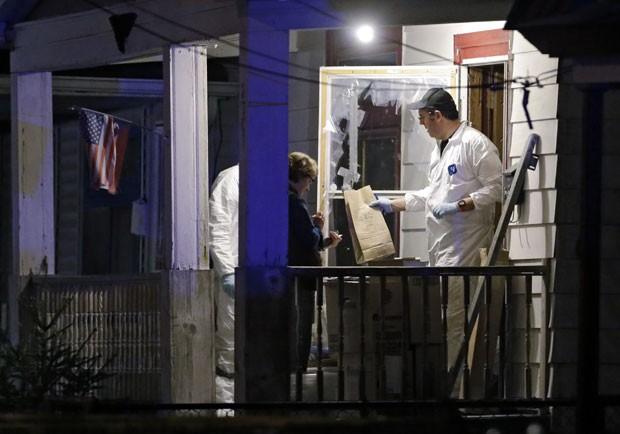 Agentes do FBI recolhem provas da casa onde três mulheres eram mantidas em cativeiro (Foto: Mark Duncan/AP)