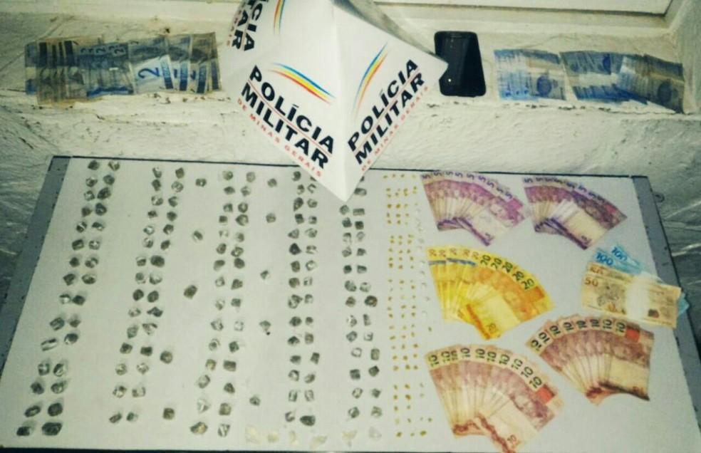 Com os dois homens, a Polícia Militar apreendeu drogas e dinheiro (Foto: PMMG/Divulgação)