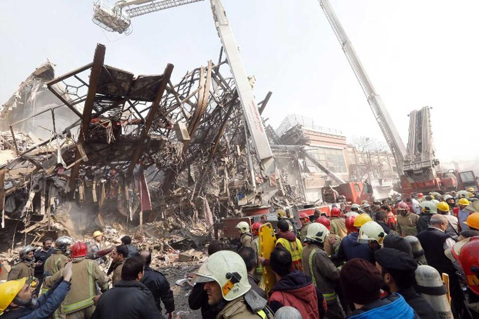 Bombeiros fazem buscas para localizar vítimas de desabamento de prédio em Teerã  (Foto: STR / AFP)