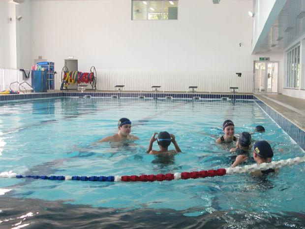 Escola Municipal oferece aulas de natação, além de treinamentos esportivos (Foto: Nathália Duarte/G1)