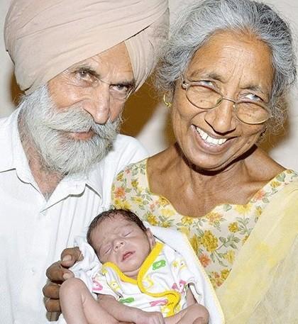 A família indiana, agora aumentada com um menino